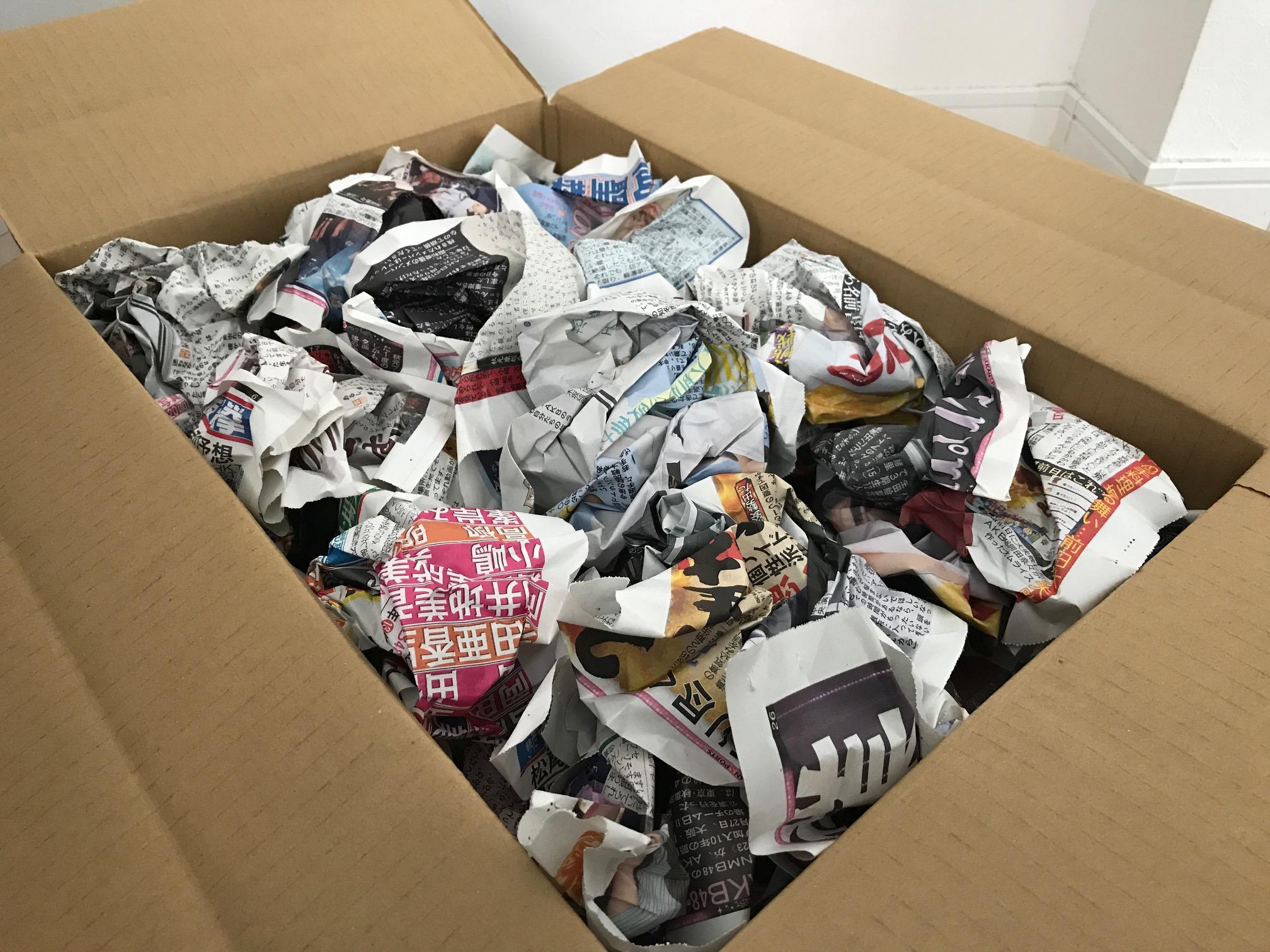 梱包したグッズをダンボールに詰めた画像写真(梱包材で隙間を全て埋めた状態)