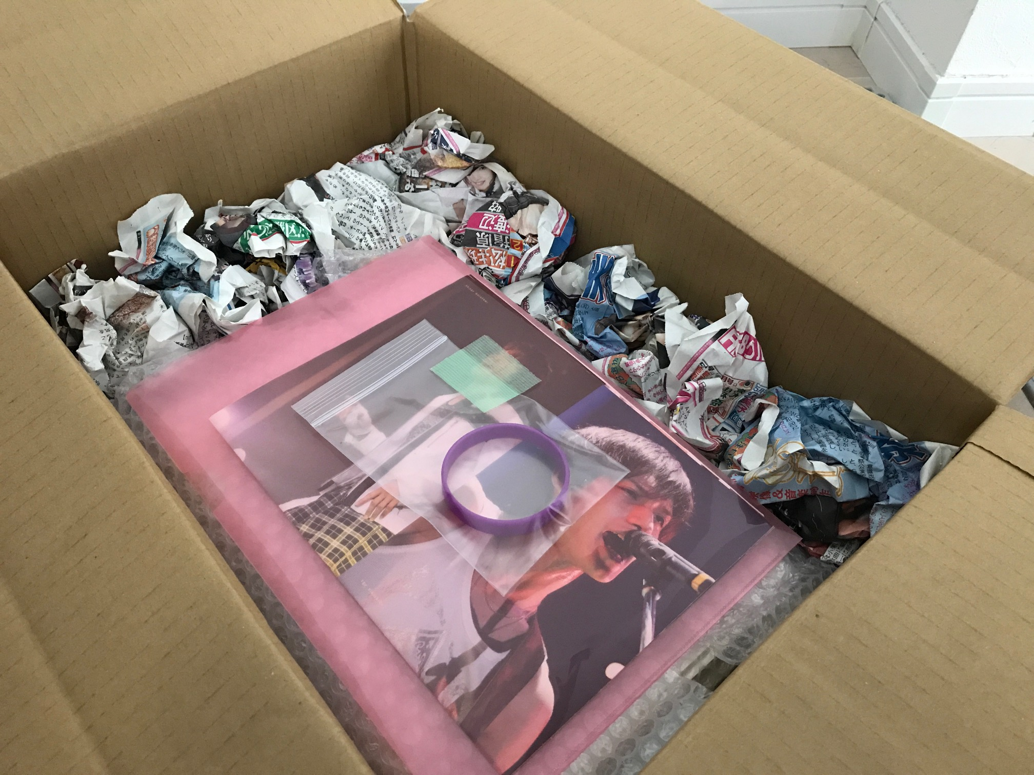 梱包したグッズをダンボールに詰めた写真(梱包材で隙間の一部を埋めた状態)